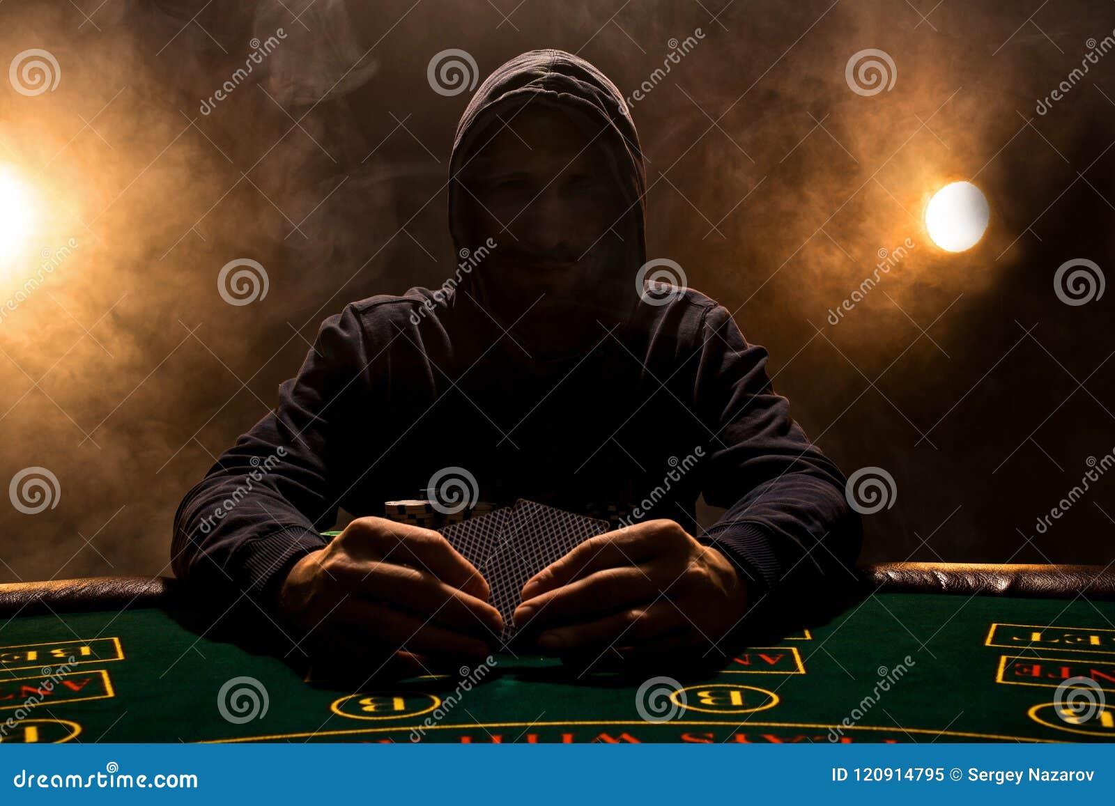 Stående av ett yrkesmässigt sammanträde för pokerspelare på pokertabellen