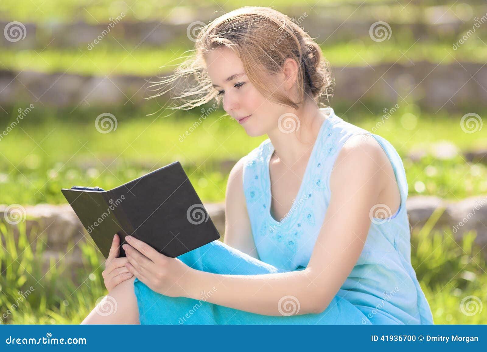 Stående av för Digital för ung Caucasian blond kvinna den läsande nollan eBook