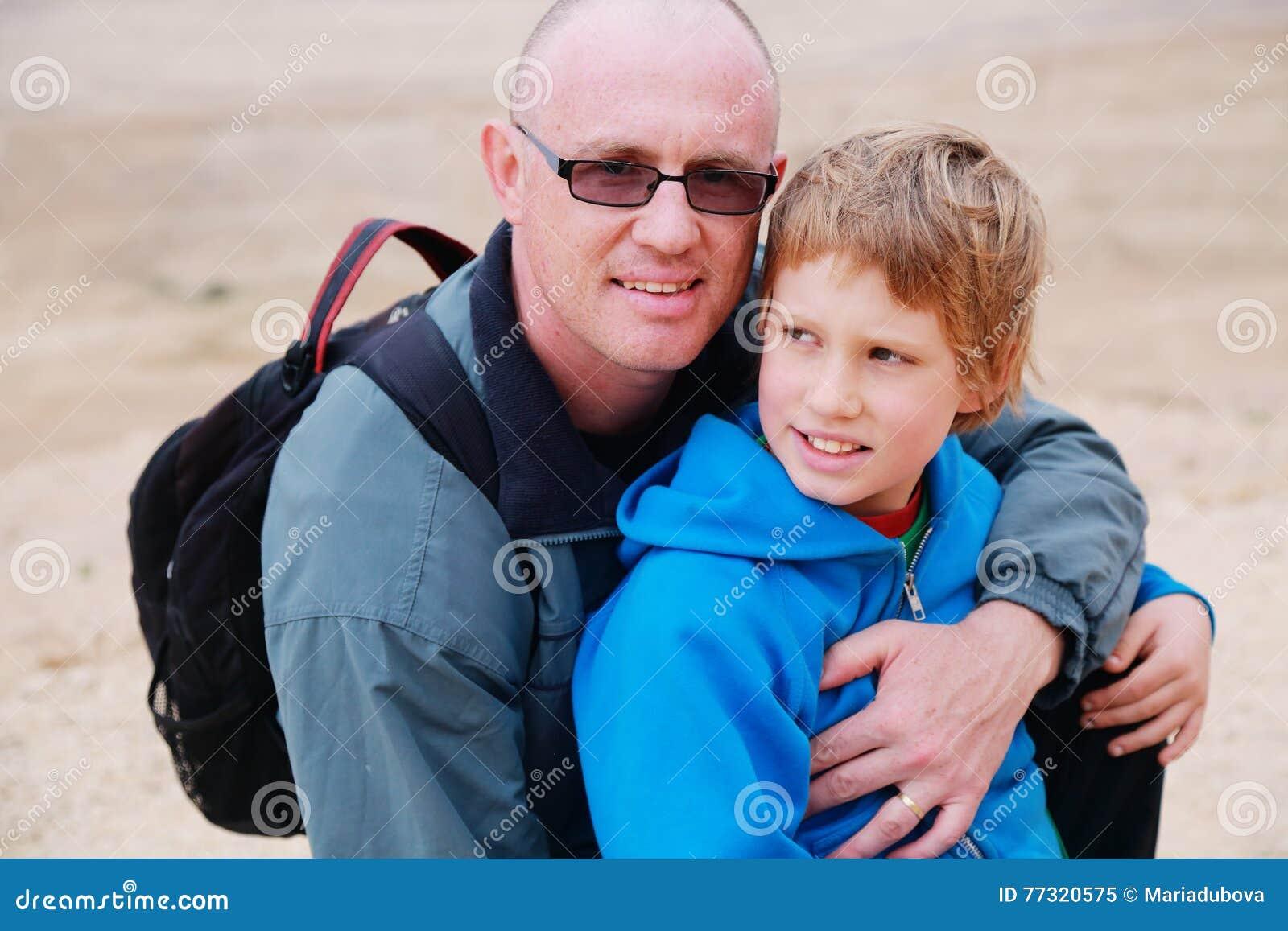 Stående av fadern och sonen utomhus