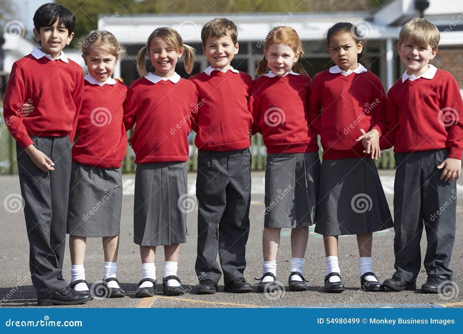 Stående av grundskolaelever i lekplats