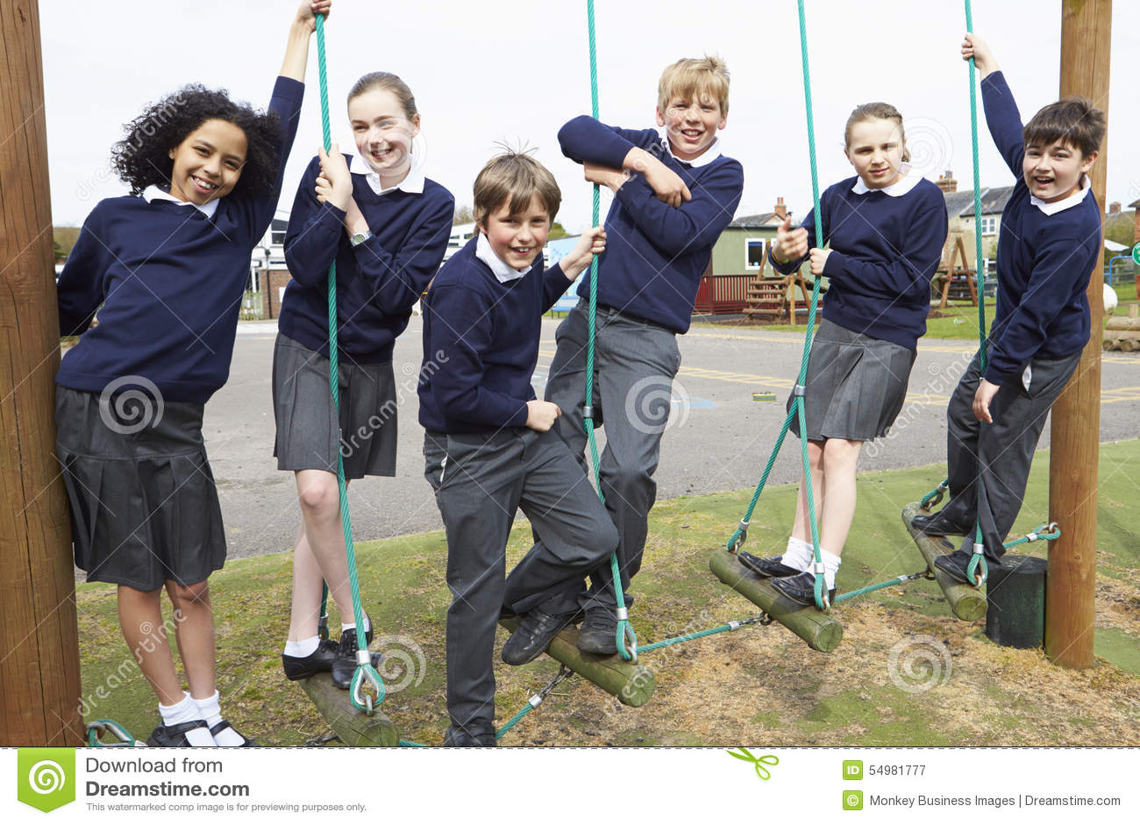 Stående av grundskolaelever på klättringutrustning
