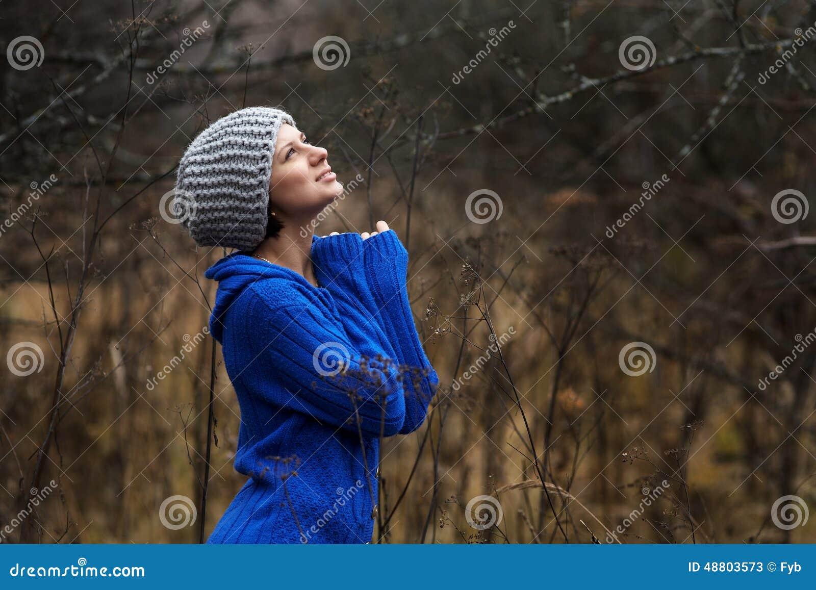 Stående av härliga kvinnor utomhus