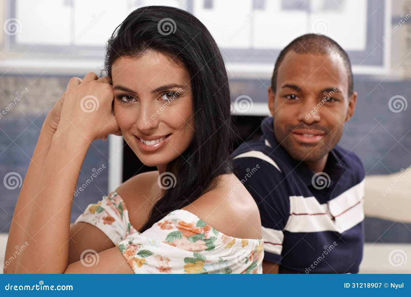 Stående av härligt le för par för blandat lopp