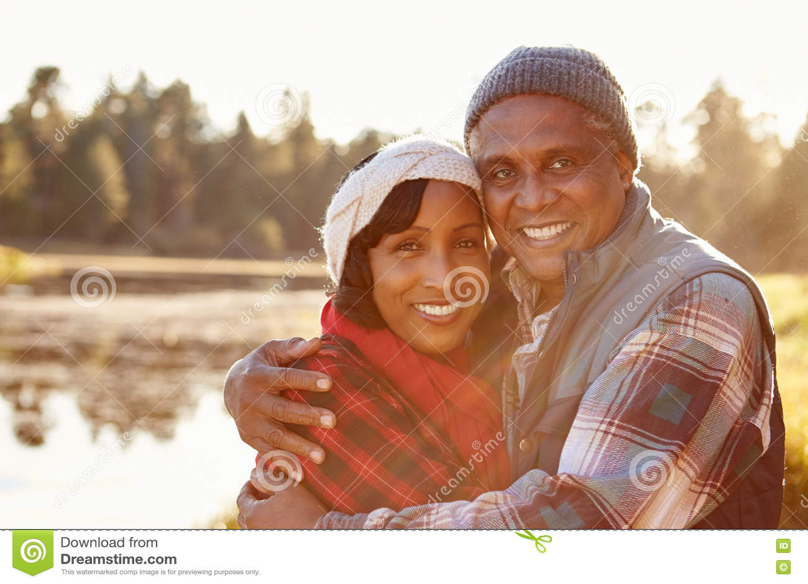 Stående av höga afrikansk amerikanpar som går vid sjön