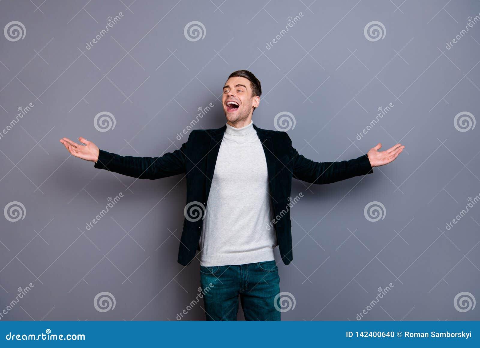 Stående av hans honom för velvetinblazer för trevlig gullig stilig attraktiv fri gladlynt glad grabb bärande frihet för tröja