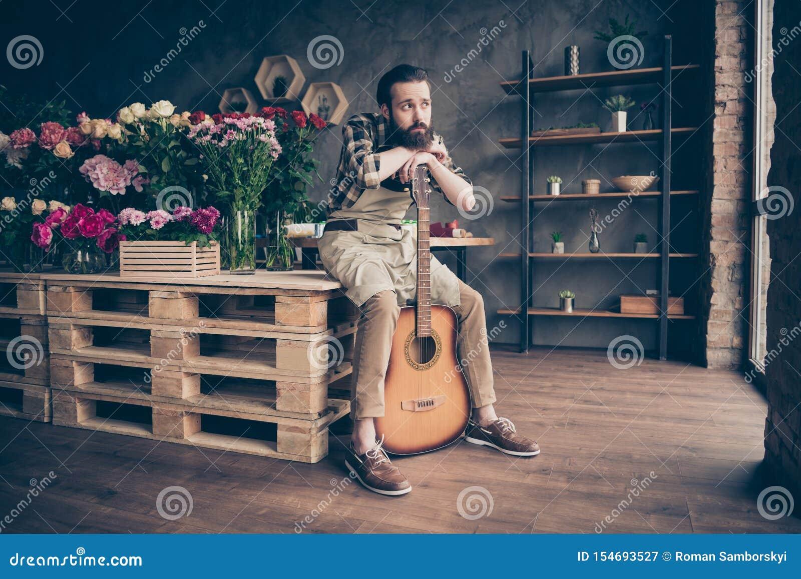 Stående av hans honom trevlig attraktiv ledsen dyster vresig fattig besviken grabbträdgårdsmästaremusiker på den moderna industri