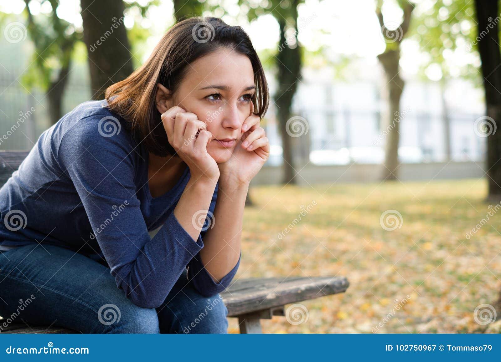 Stående av hunsad bekymrad flickakänsla som är ensam och