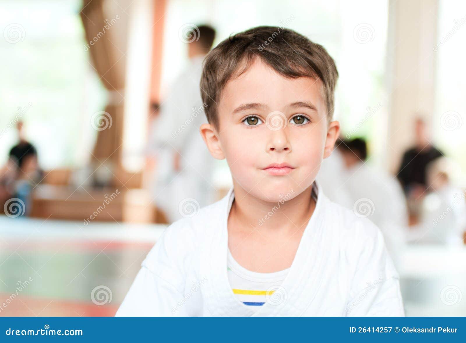 Stående av karatepojkeutbildning