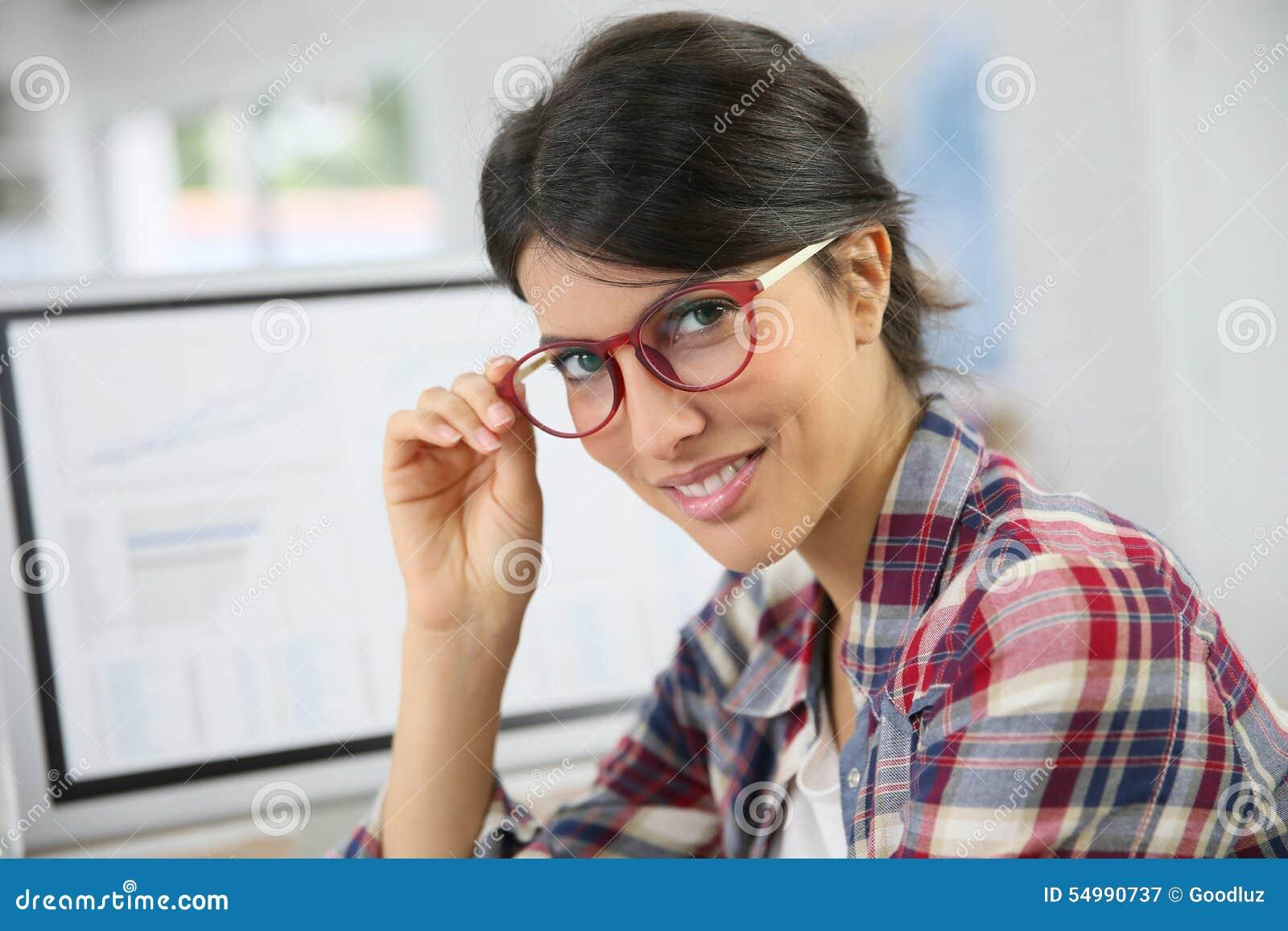 Stående av kvinnakontorsarbetaren med glasögon på