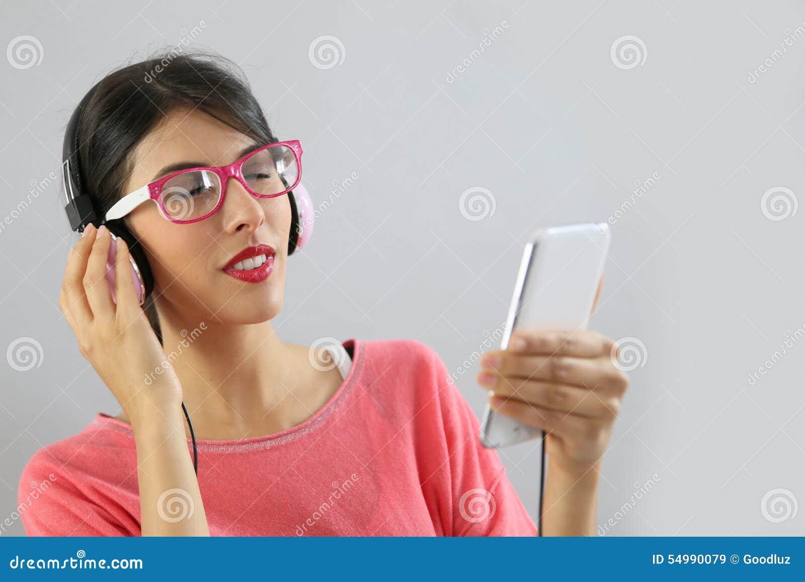 Stående av kvinnan som lyssnar till musik