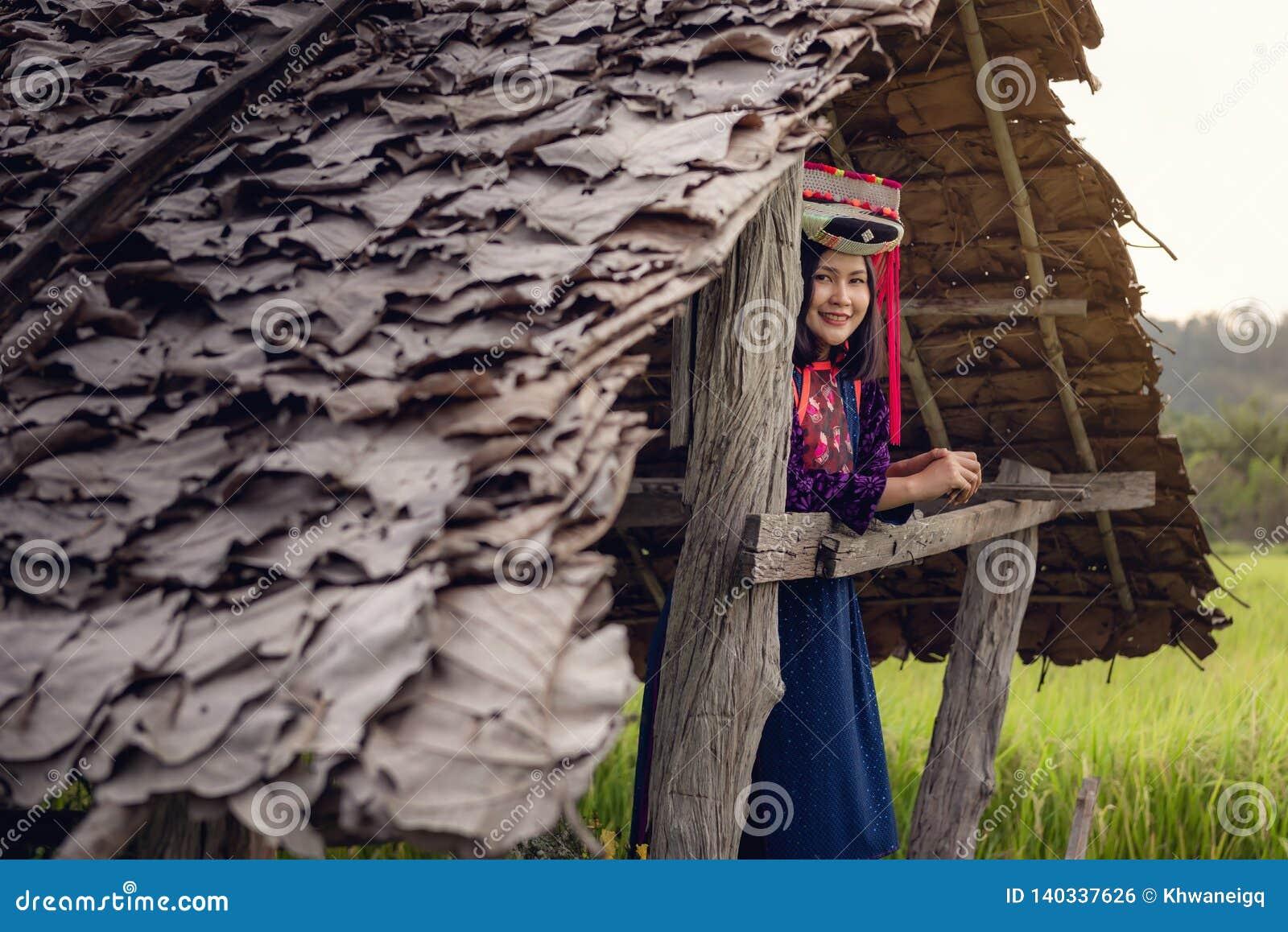 Stående av kvinnan stam- Lisu i traditionell kläd- och smyckendräkt i stuga , Livsstil av kullestamflickan i norden