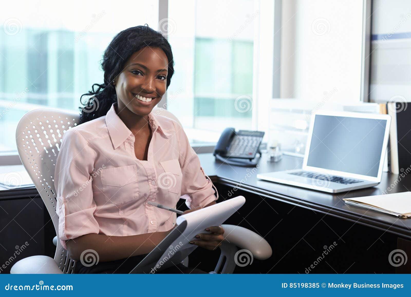 Stående av kvinnlig doktor Working In Office