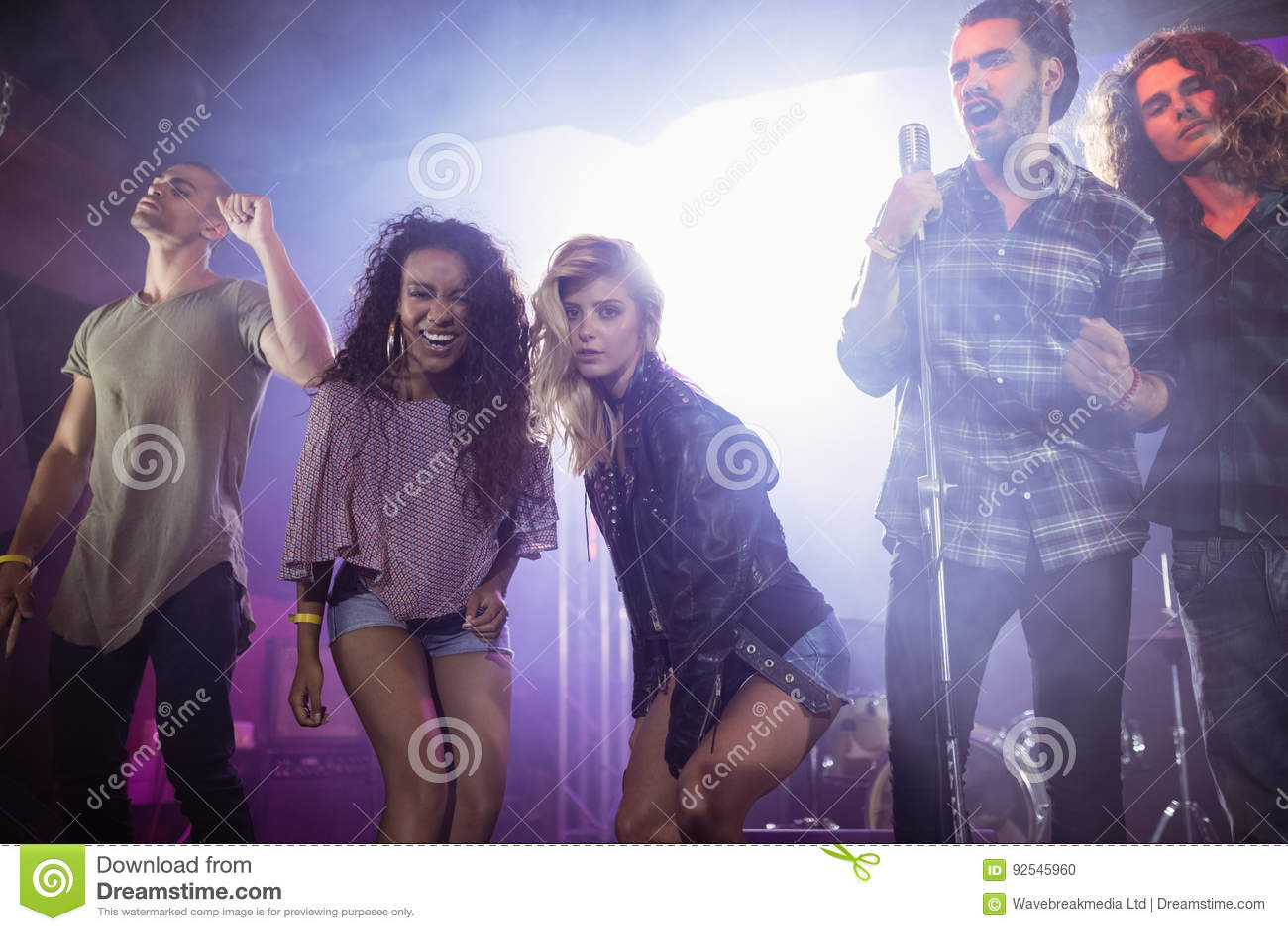 Stående av kvinnliga musiker med manliga aktörer på nattklubben