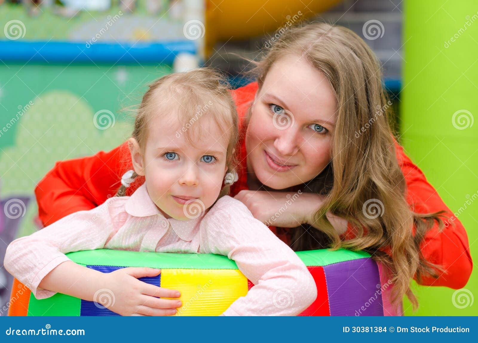 Stående av kvinnan och liten flicka
