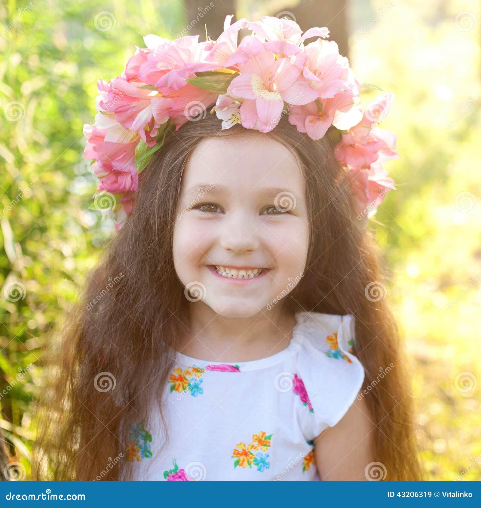 Download Stående Av Lilla Flickan I Krans Med Blommor Fotografering för Bildbyråer - Bild av glädje, barndom: 43206319