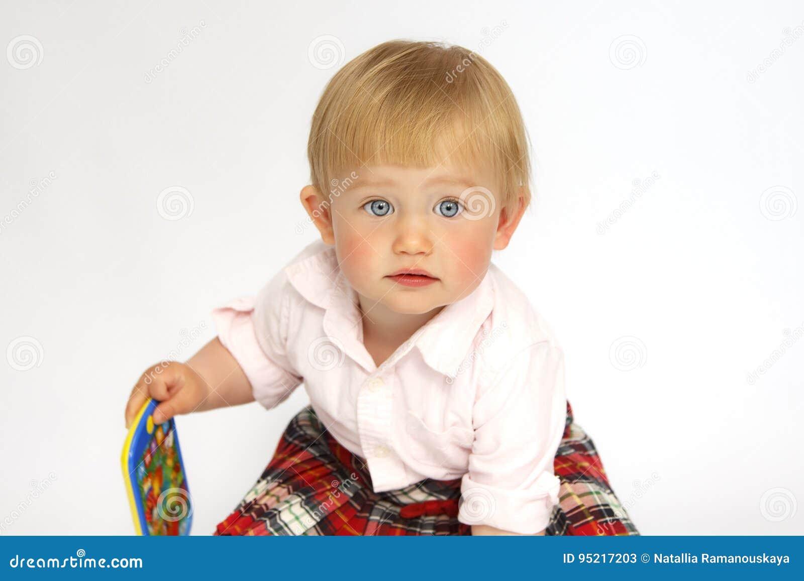 Stående av lite flickablondinen med blåa ögon