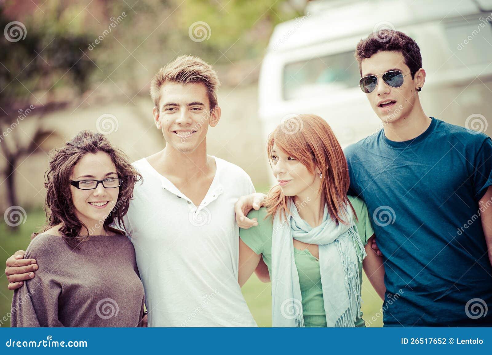 Stående av lycklig tonår i parken på sommaren