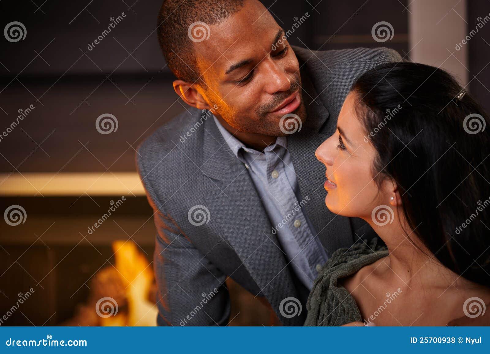Stående av lyckliga älska par
