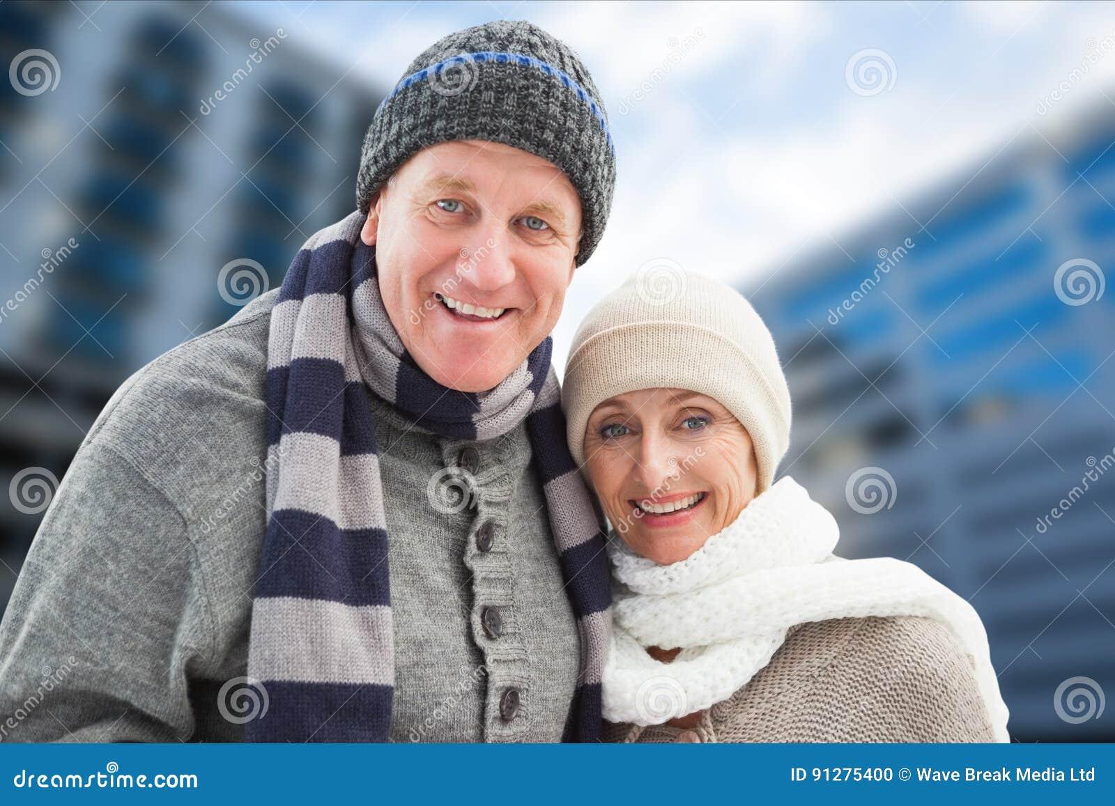 Stående av lyckliga höga par i varma kläder