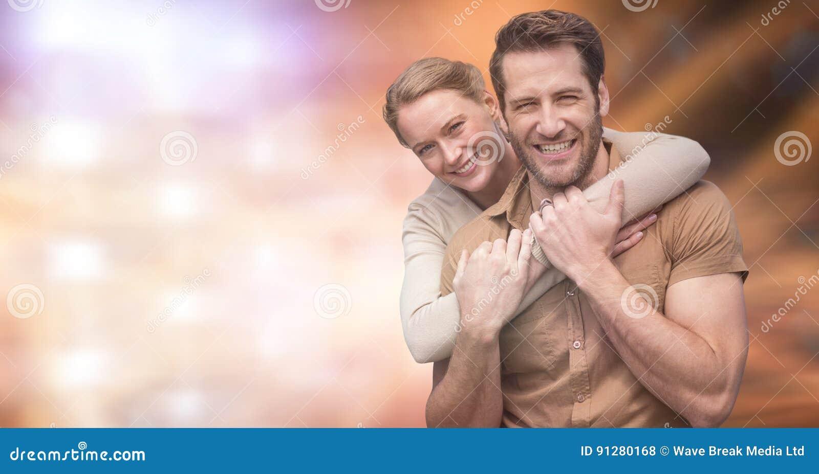 Stående av lyckliga par över suddig bakgrund