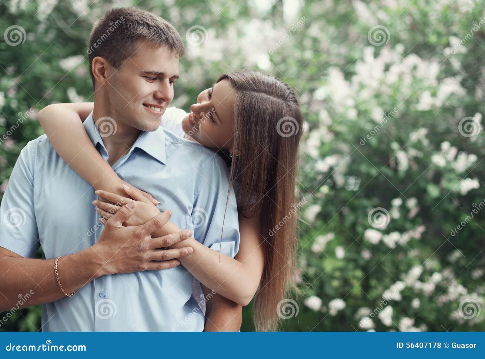 Stående av lyckliga unga le par som är förälskade och har gyckel
