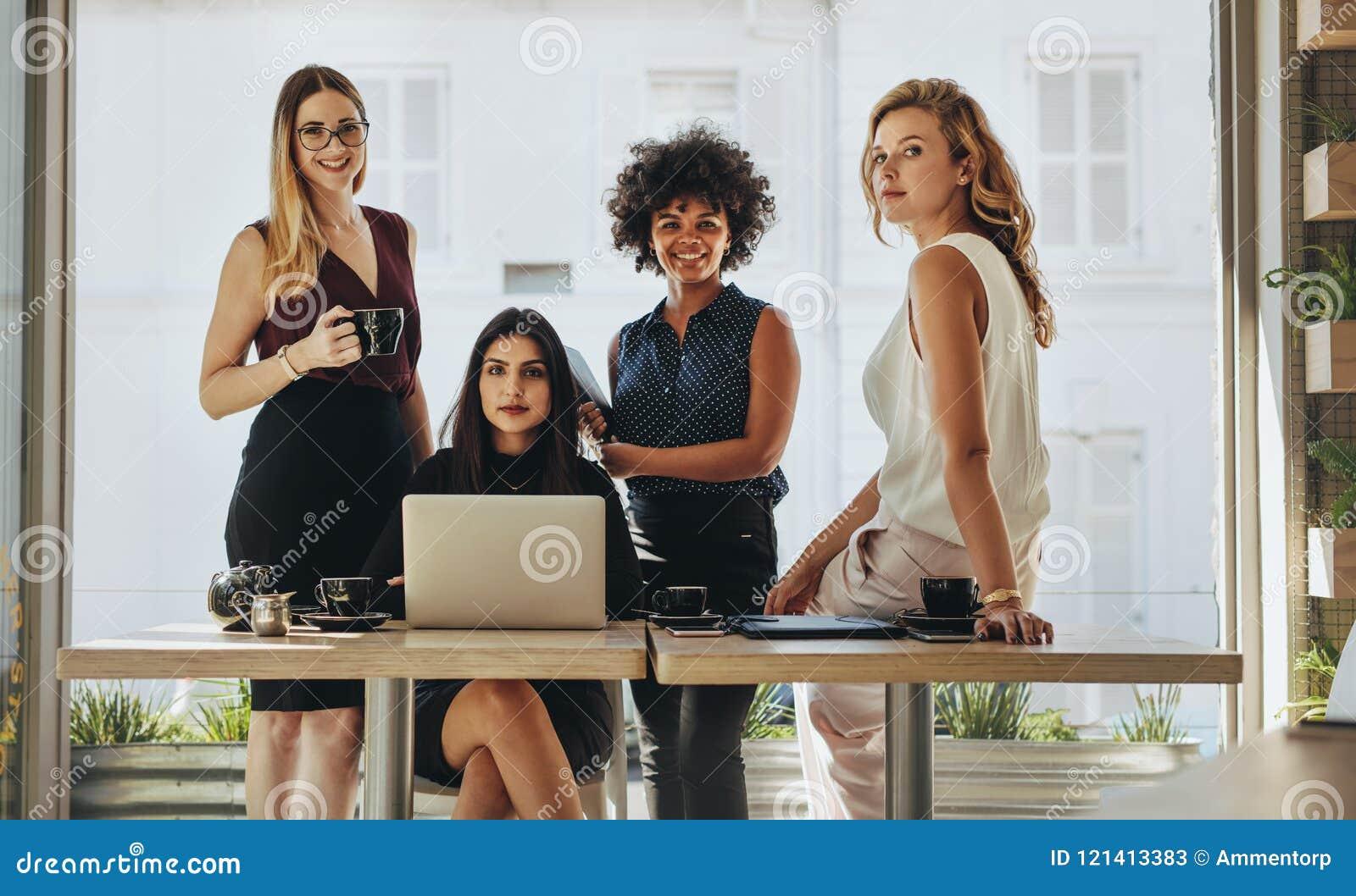 Stående av mång--person som tillhör en etnisk minoritet affärskvinnor tillsammans