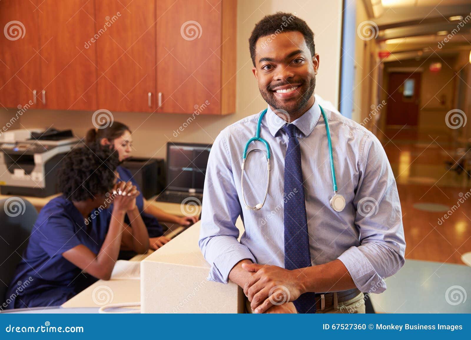 Stående av manliga stationen för doktor At Nurses i sjukhus