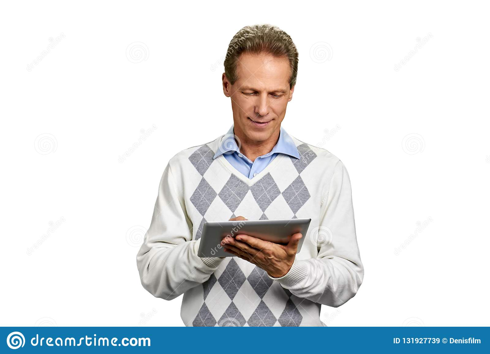 Stående av mannen med den digitala minnestavlan