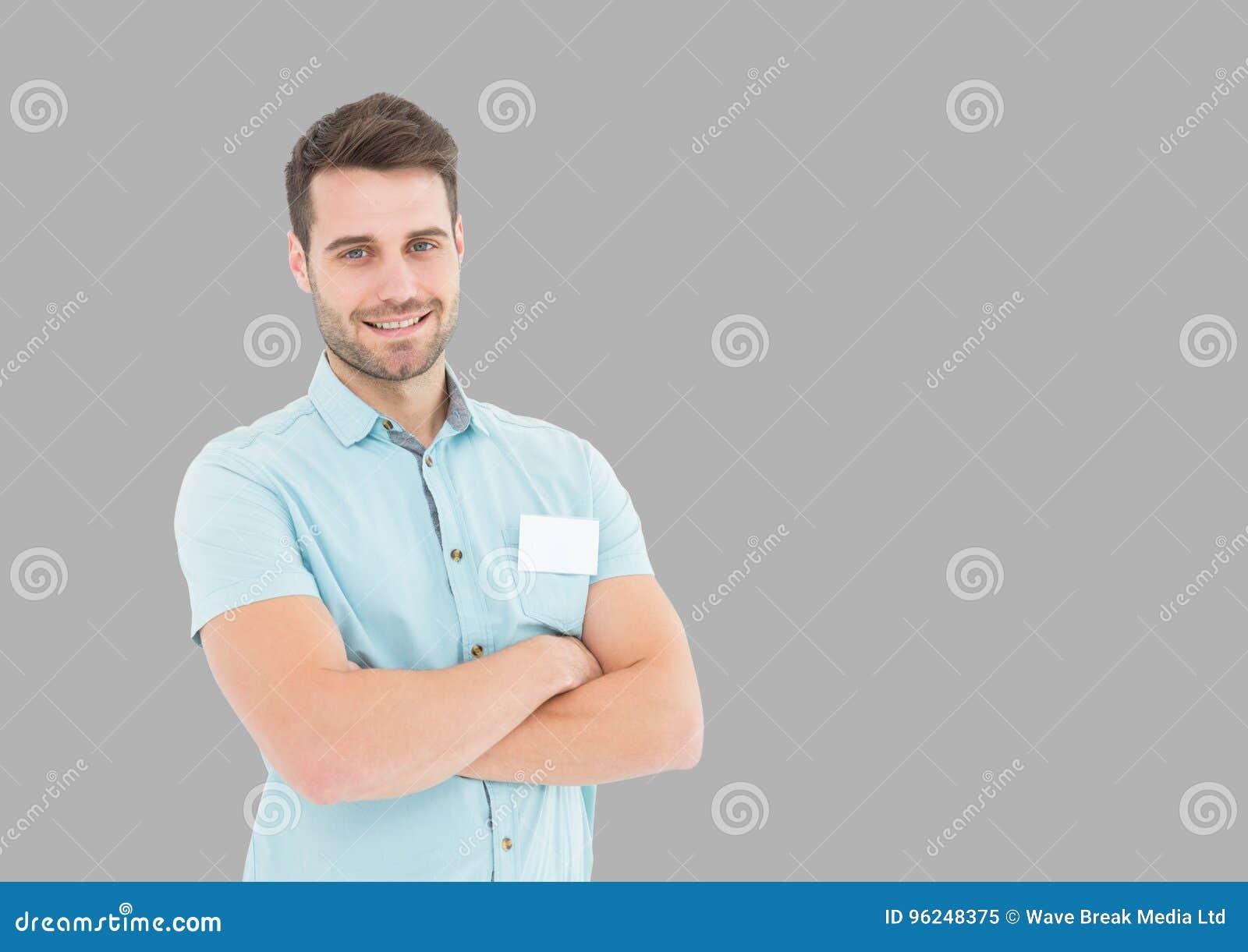 Stående av mannen med vikta armar med grå bakgrund