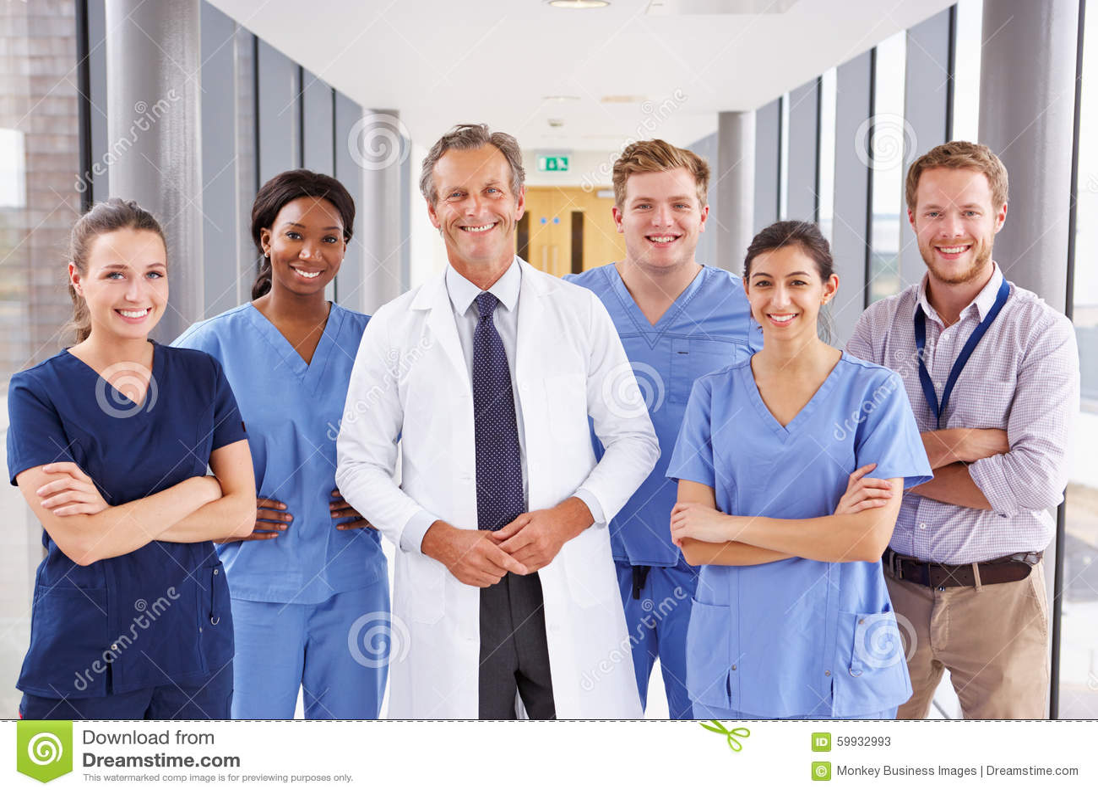 Stående av medicinska Team Standing In Hospital Corridor