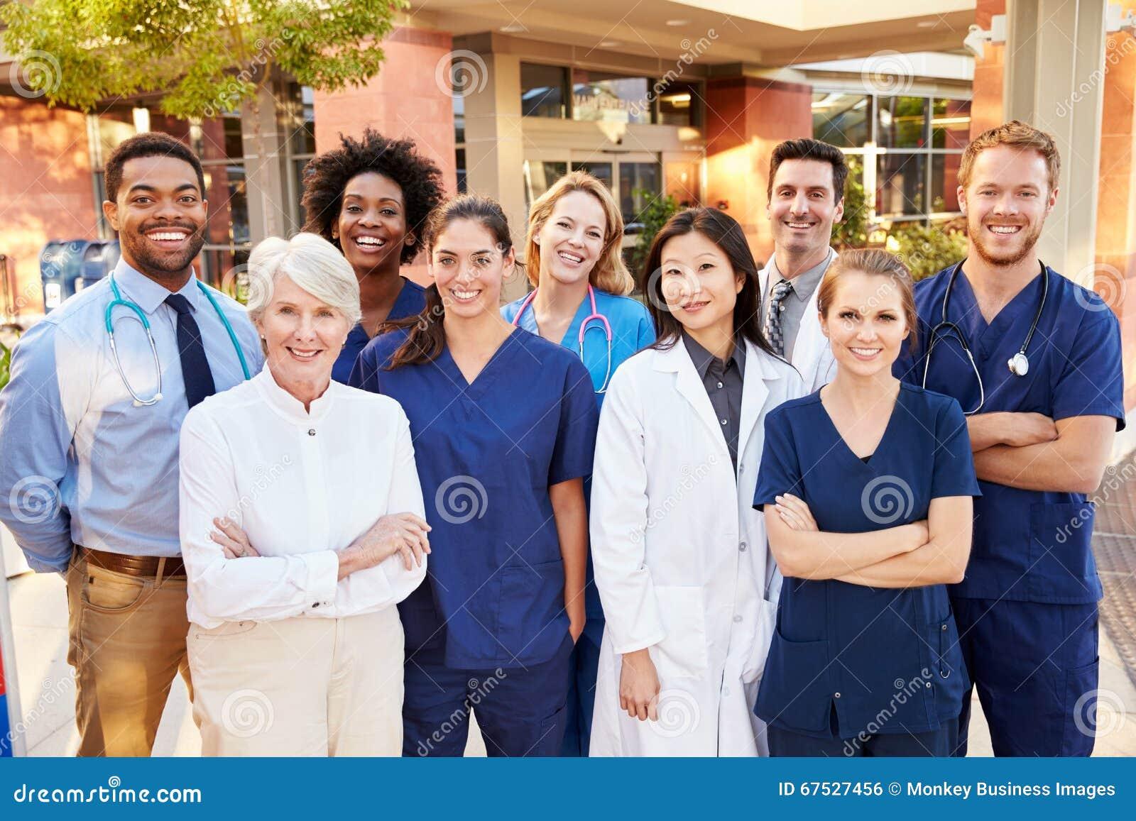 Stående av medicinska Team Standing Outside Hospital