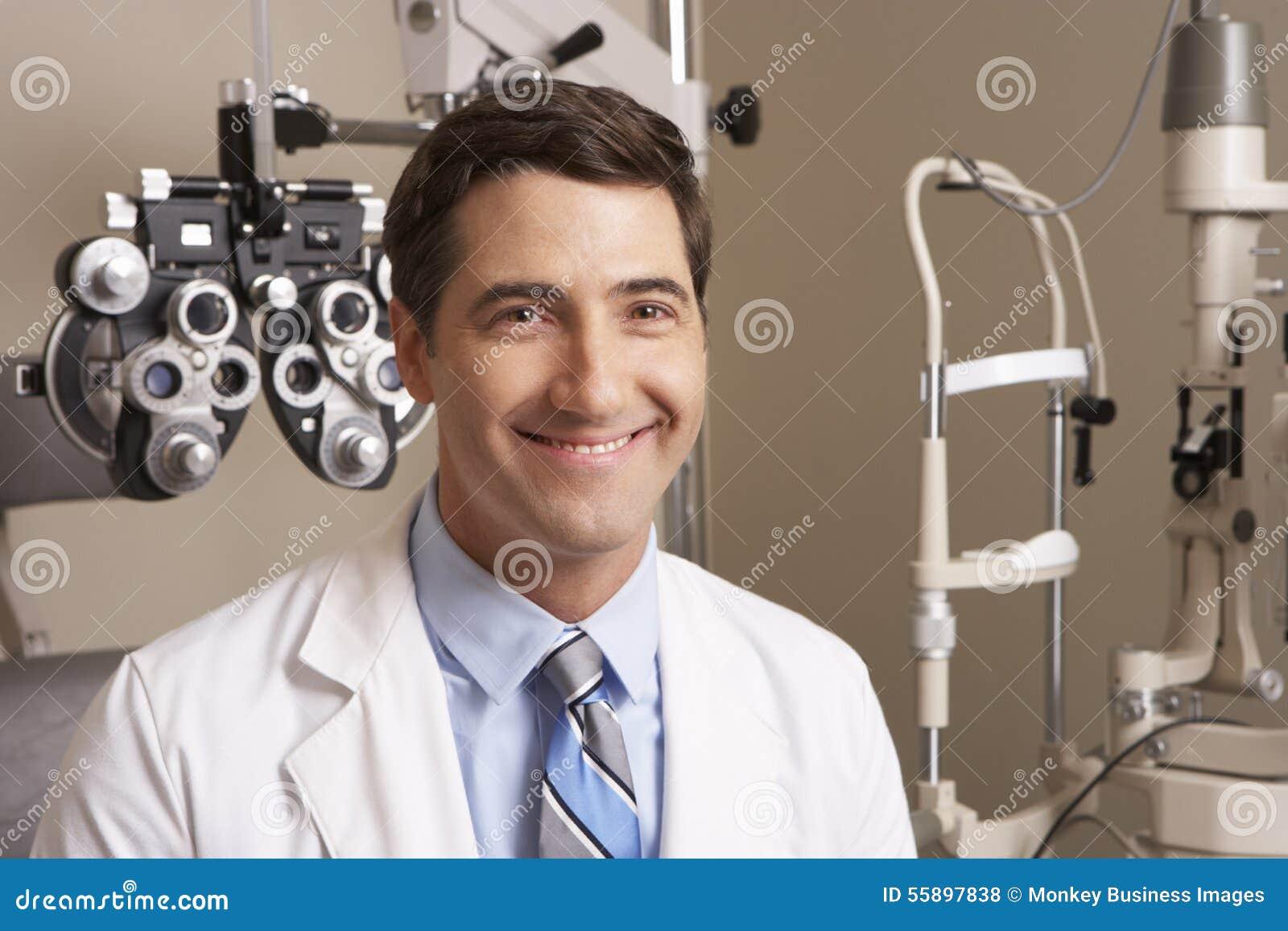 Stående av optiker In Surgery