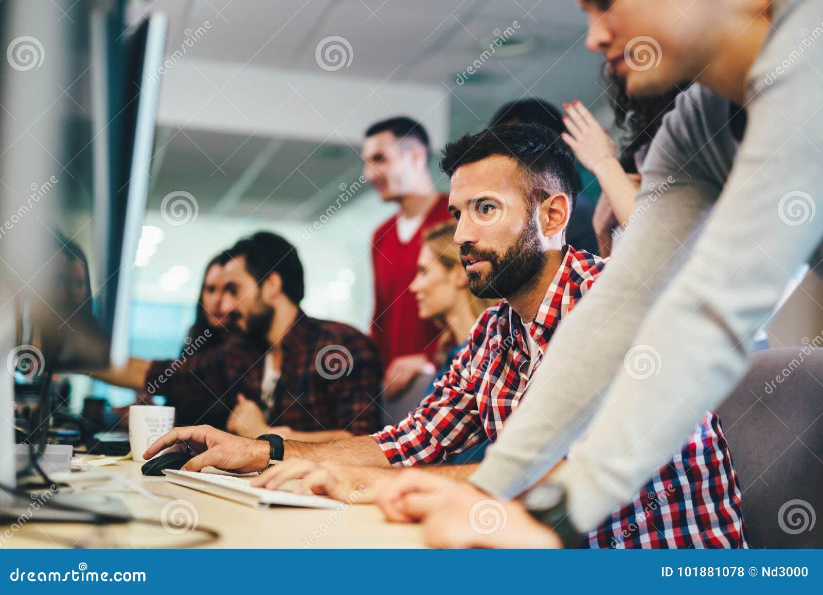 Stående av programmerare som arbetar i utvecklingsprogramvaruföretag