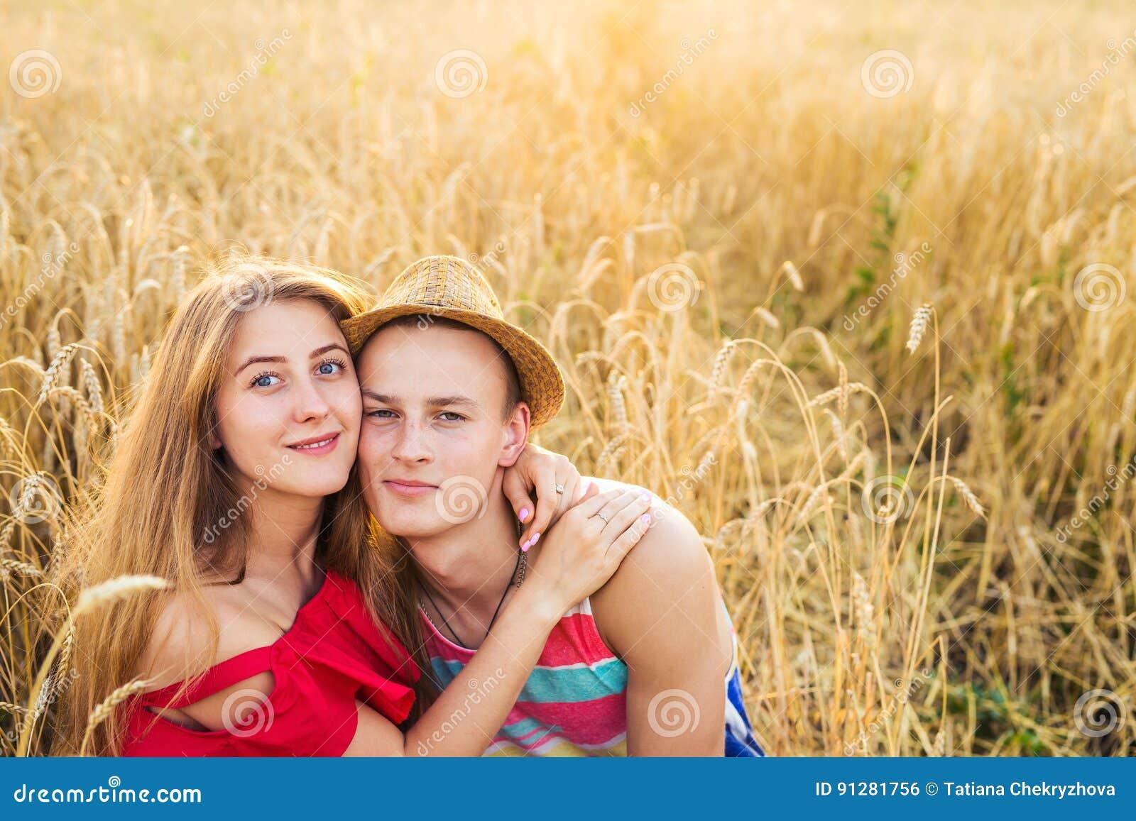 Stående av romantiska paromfamningar i fältet