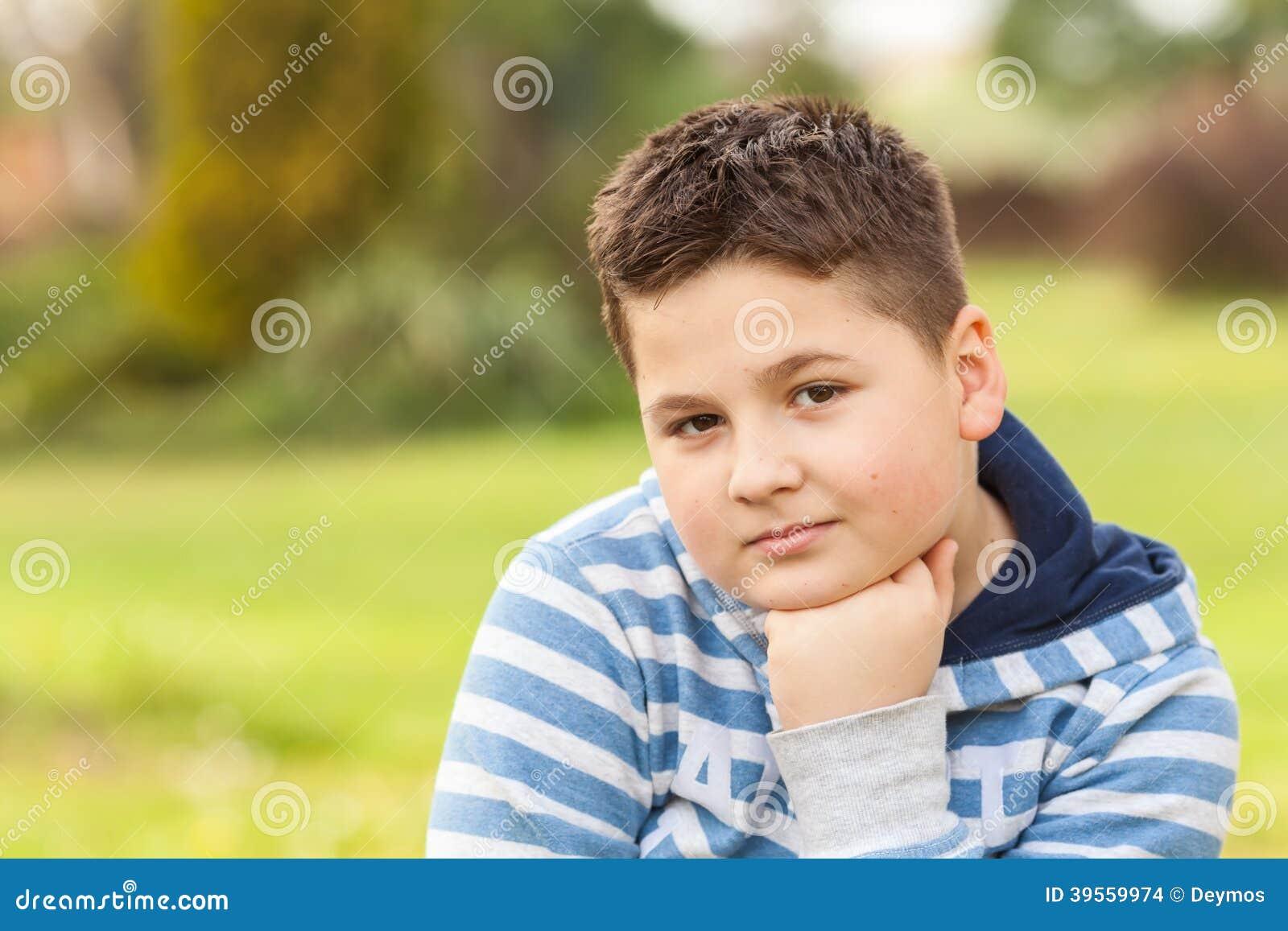 Stående av sju år en gammal ung caucasian pojke