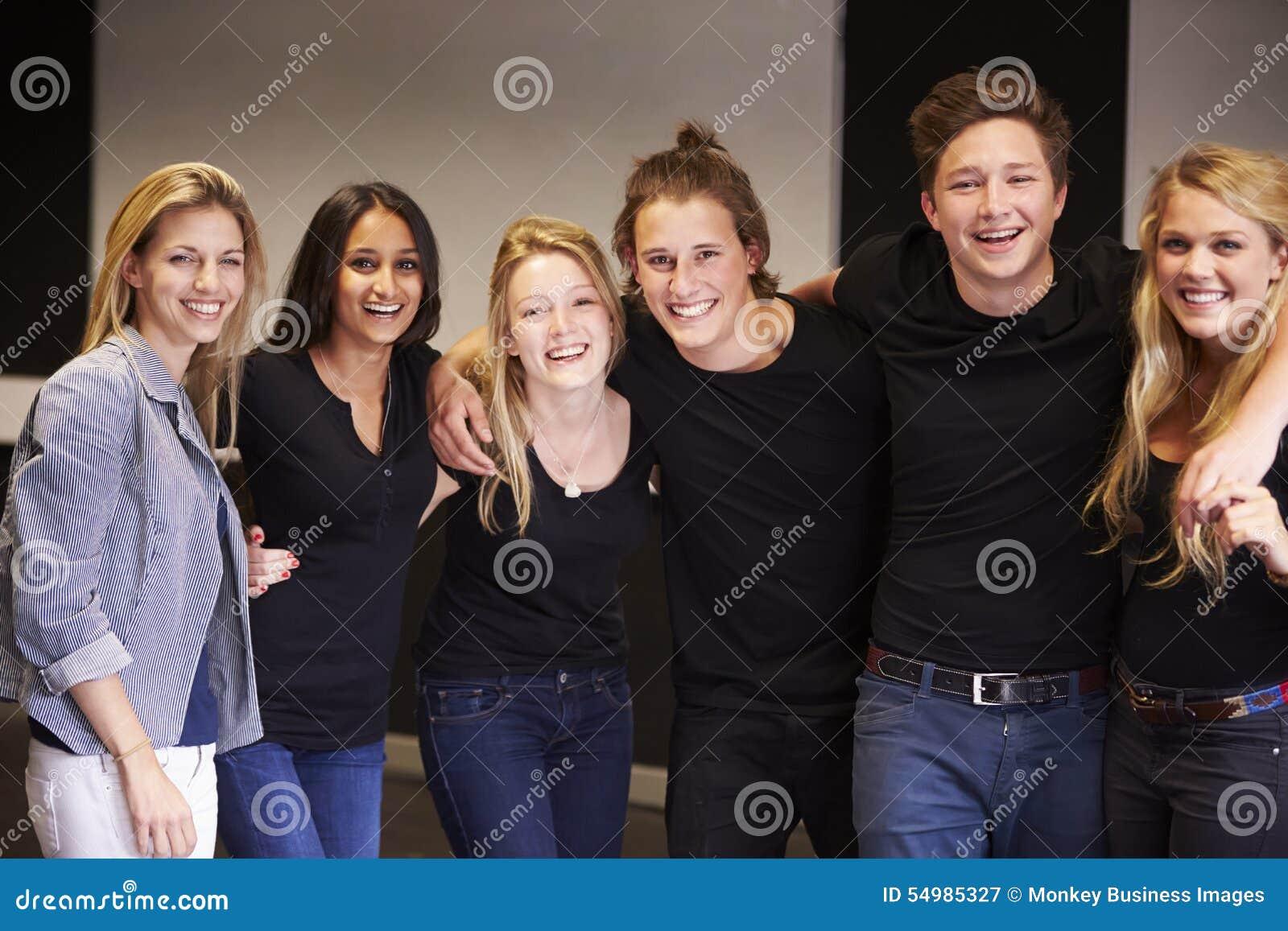 Stående av studenter med läraren At Drama College