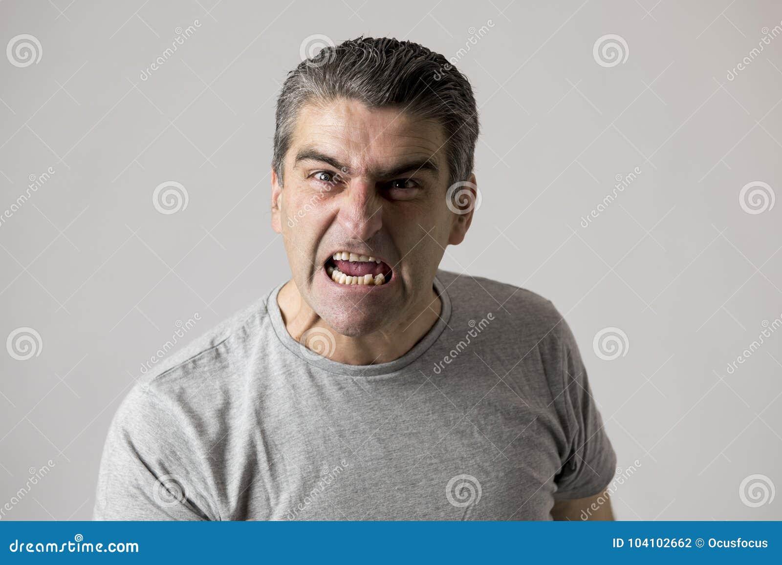 Stående av 40-tal till ilskna för 50-tal den vita och upprivna grabben och galna rasande och aggressiva framsidauttryckt som tjat