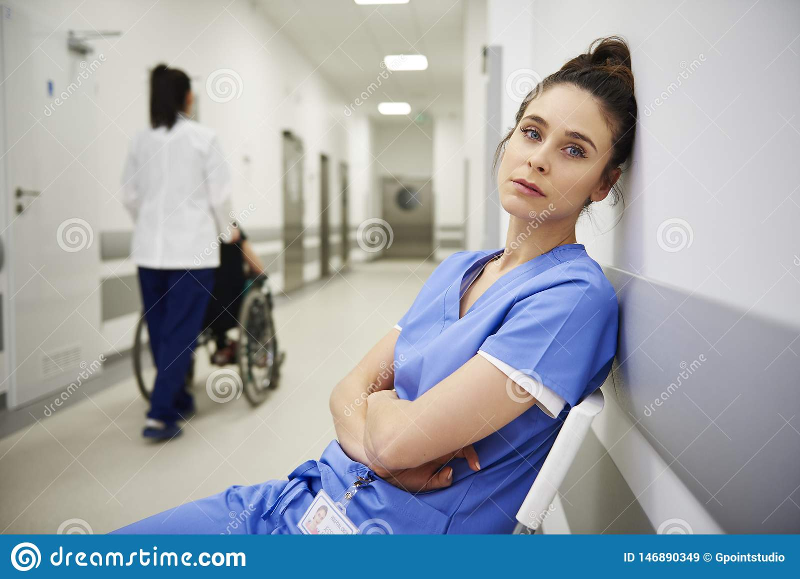 Stående av trötta doktorer efter lång dag på arbete