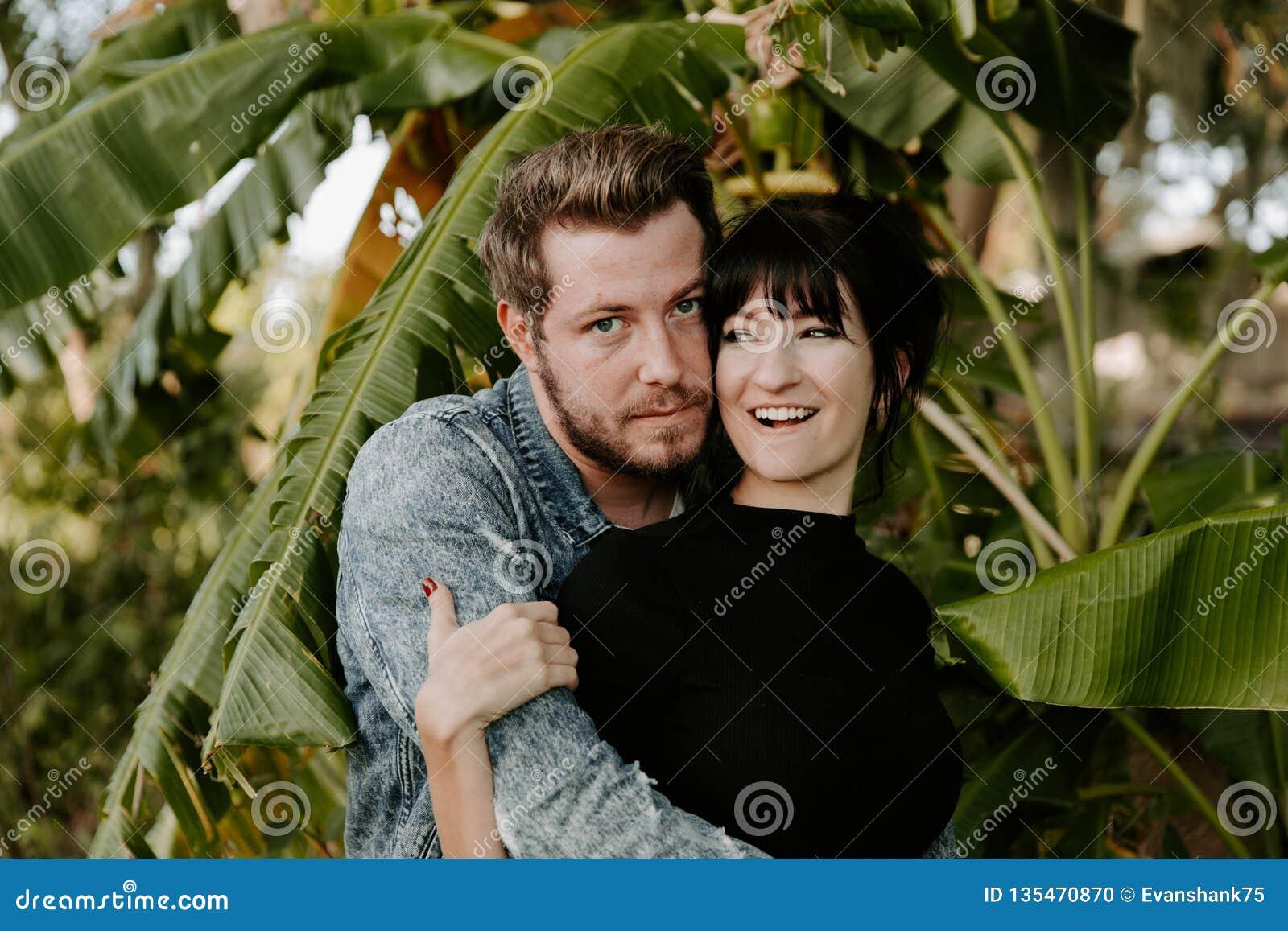 Stående av två gullig modern Caucasian härlig ung vuxen människa Guy Boyfriend Lady Girlfriend Couple som kramar och kysser som ä