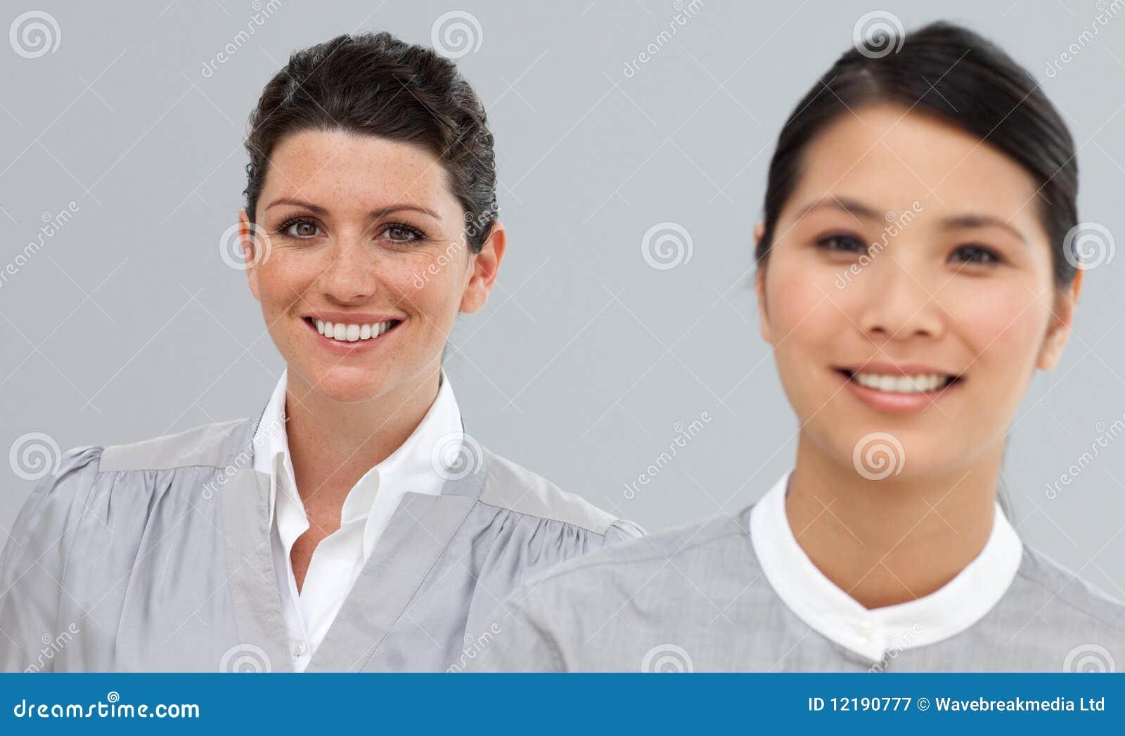 Stående av två multi-ethnic affärskvinnor