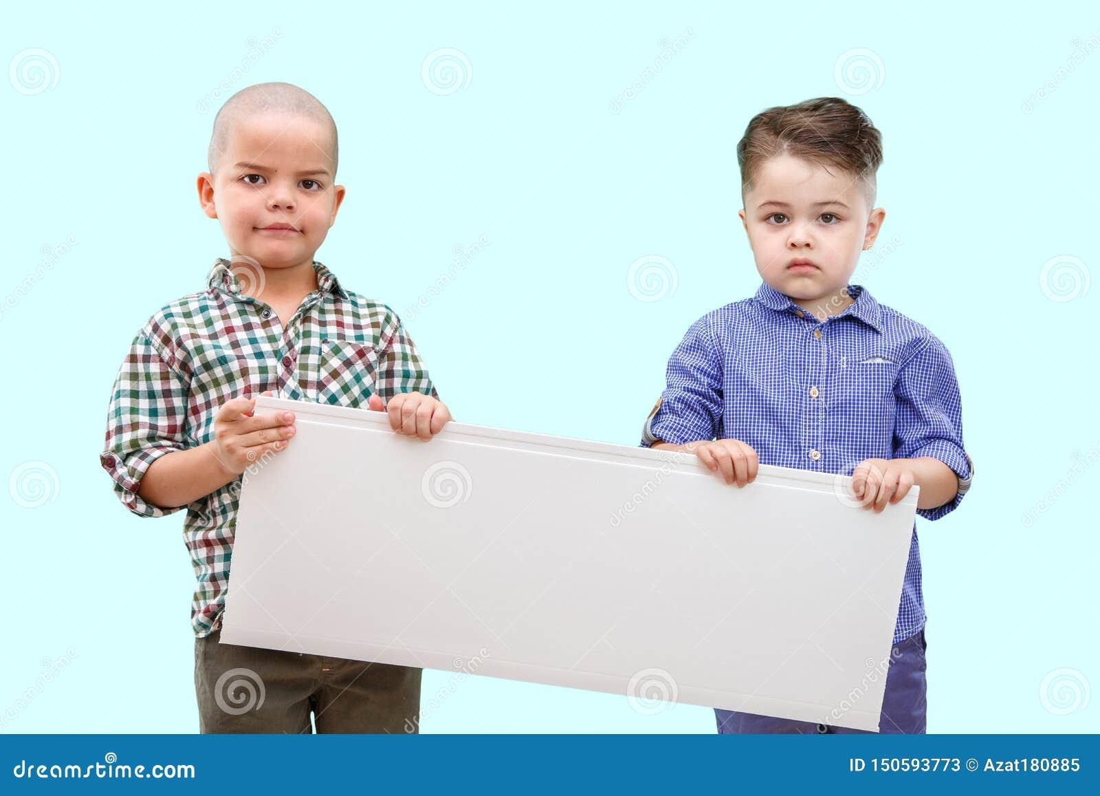 Stående av två pojkar som rymmer det vita tecknet på isolerad bakgrund
