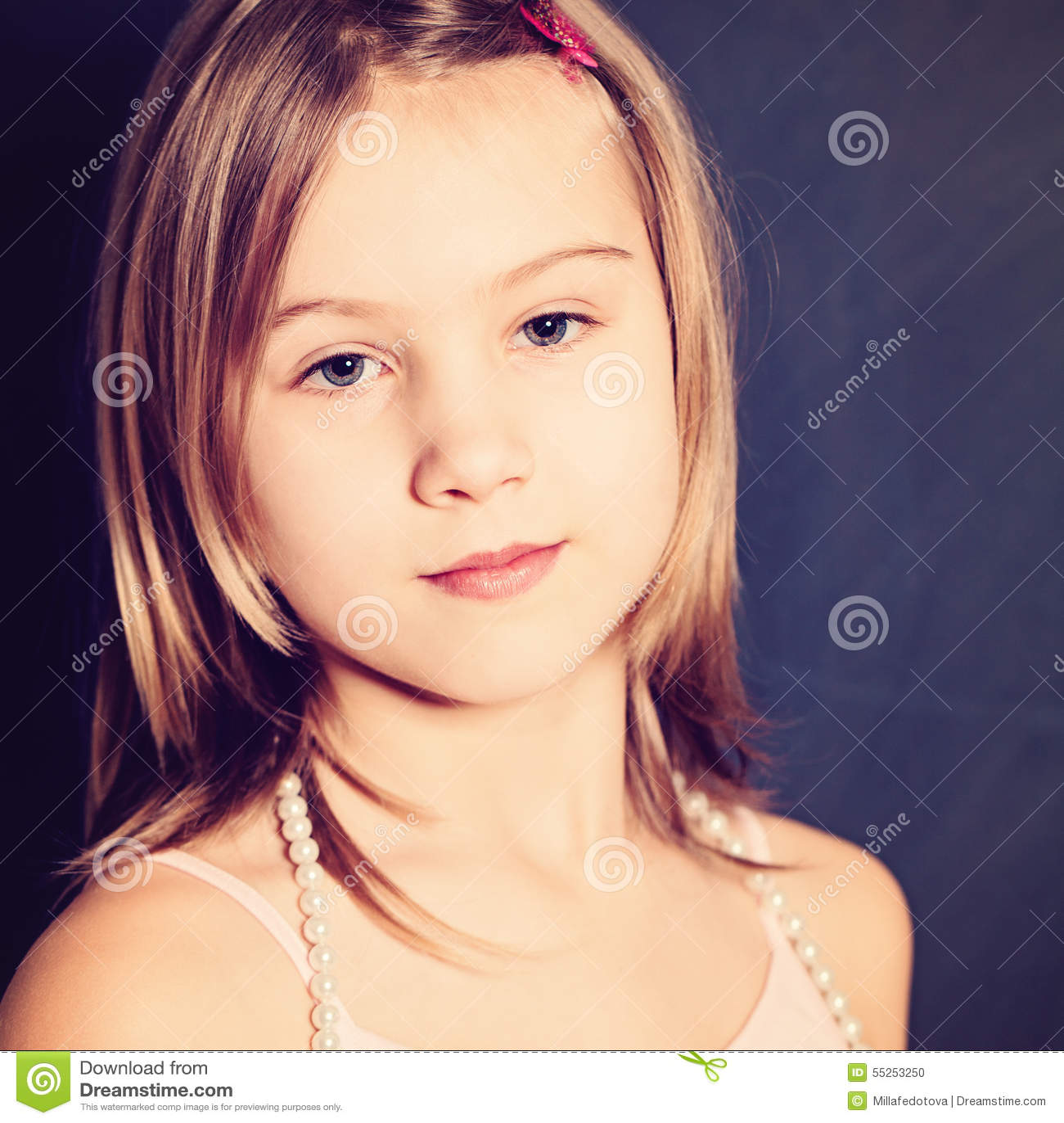 Stående av ung flicka