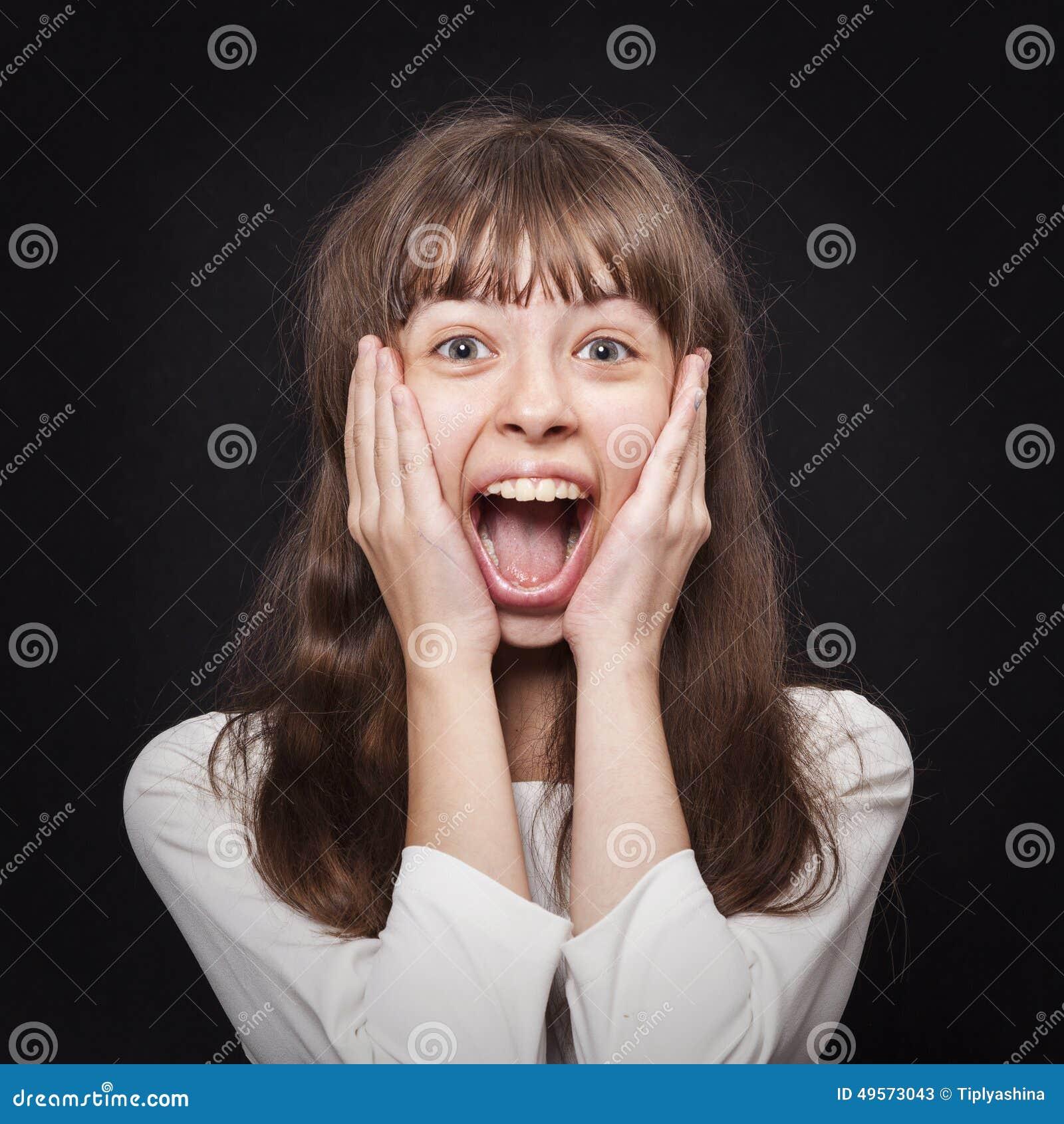 Stående av unga flickan som mycket känslomässigt är svars- till överraskningen