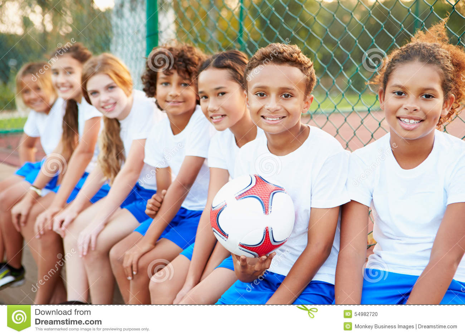Stående av ungdomfotboll Team Training Together