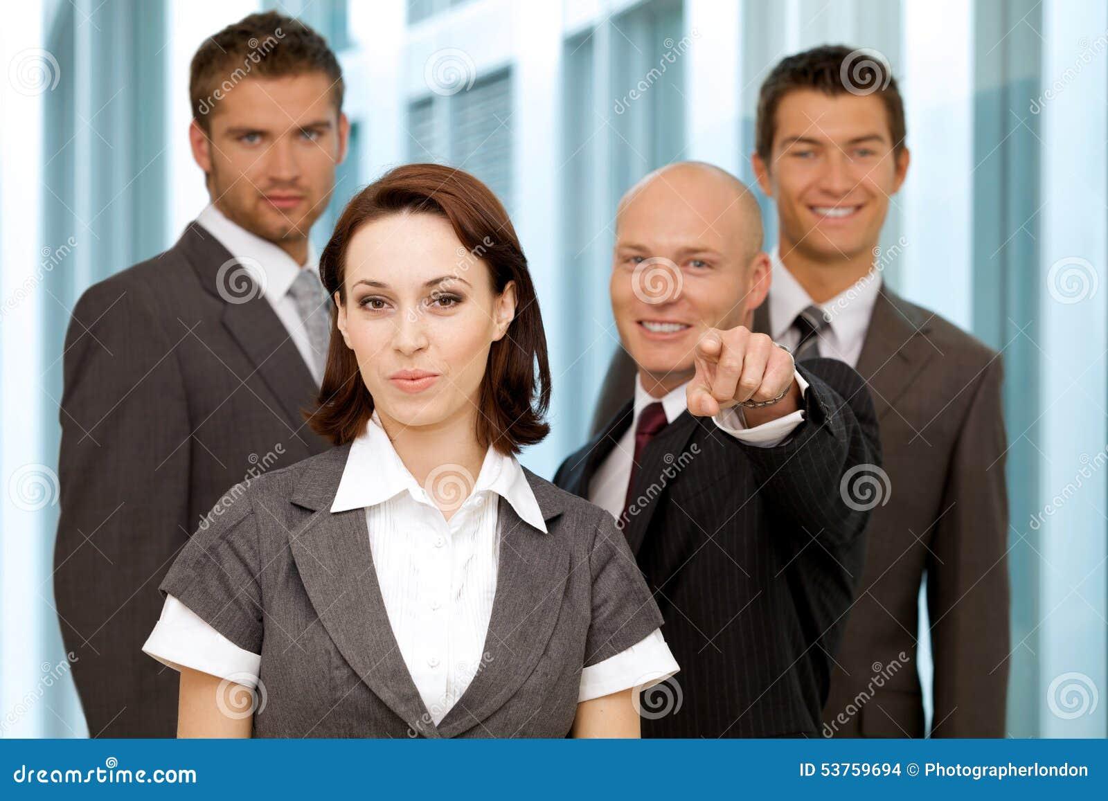 Stående av ungt caucasian affärsfolk i regeringsställning