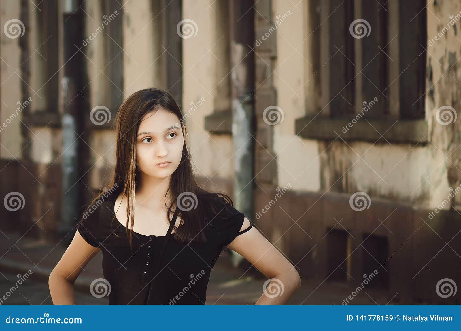Stående av ungt härligt nätt kvinnahår som poserar i stad retro stil