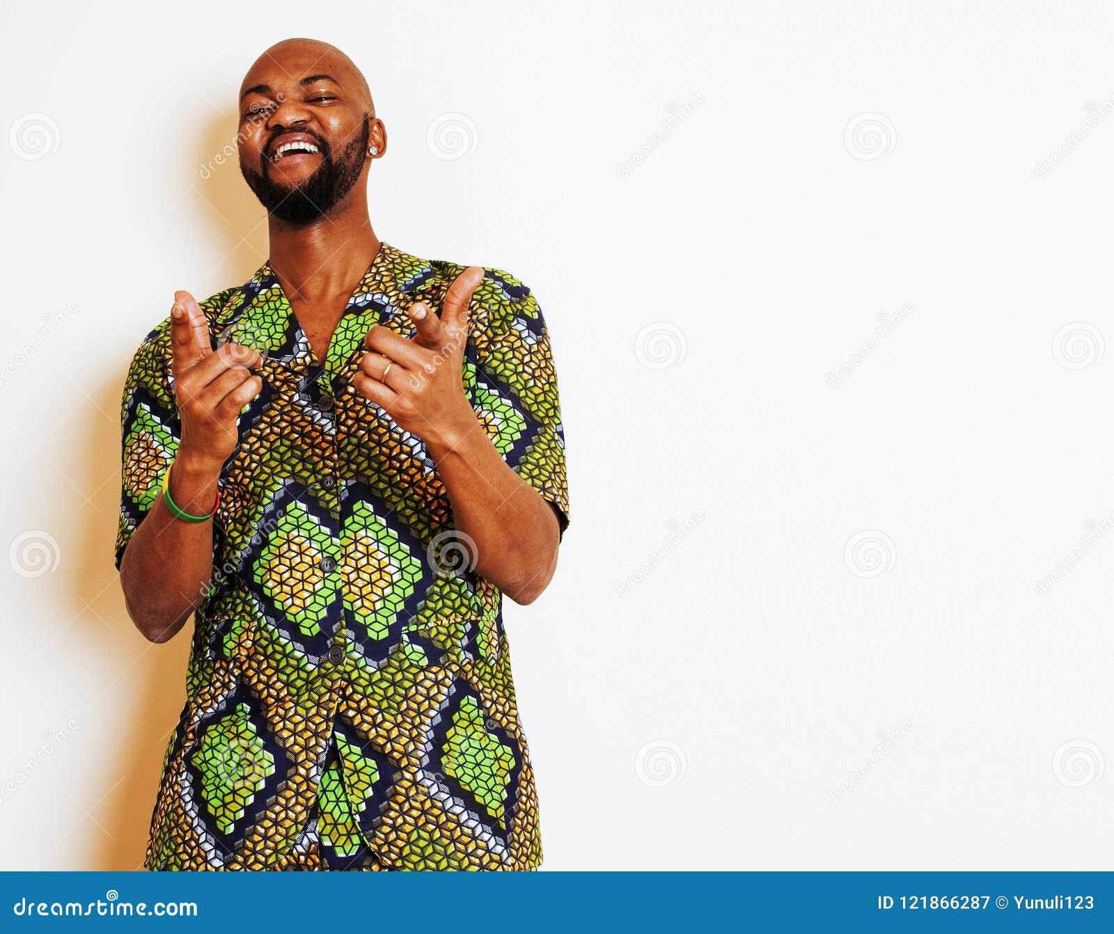 Stående av ungt stiligt afrikanskt bära för man som är ljust - grön nati