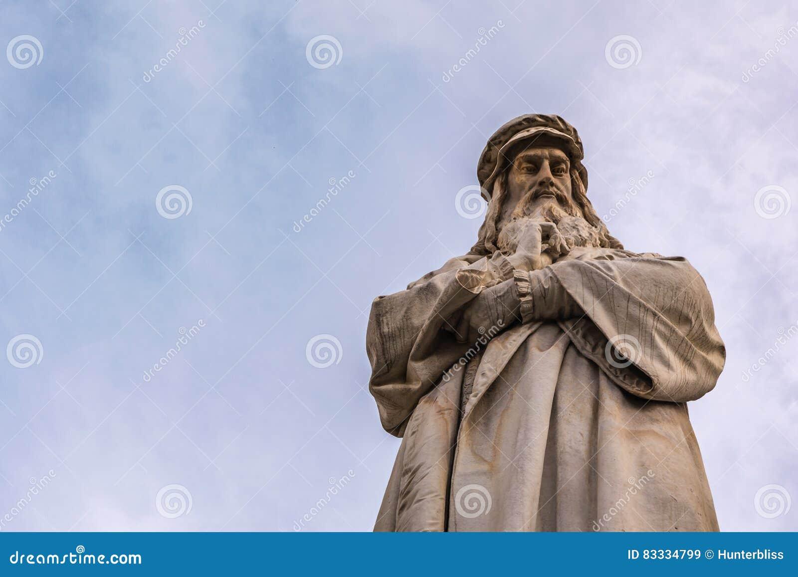 Stående B för Closeup Leonardo Da Vinci Statue Milan Italy för blå himmel