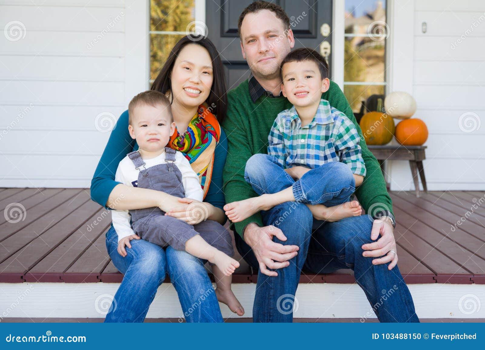 Stående för familj för kines och för Caucasian för blandat lopp ung