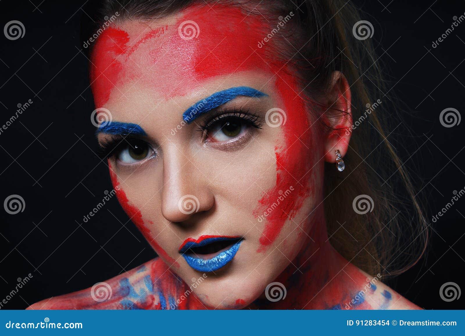 Stående för flicka för modemodell med färgrikt smink